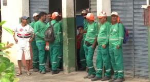Profissionais de limpeza de Caruaru cruzam os braços por causa de atraso nos salários