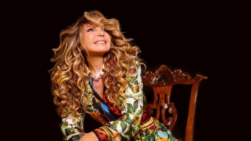 Vencedora de dois Grammy´s, a cantora celebra os clássicos juninos e protagoniza a campanha nas redes sociais