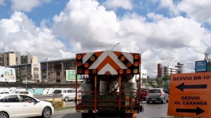 Os motoristas que venham da Zona Sul do Recife e da Avenida Engenheiro Abdias de Carvalho no sentido Avenida Caxangá precisam redobrar a atenção.