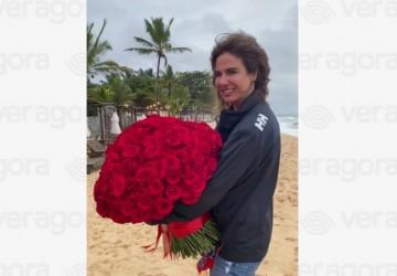 Luciana Gimenez recebe buquê de flores de Mick Jagger