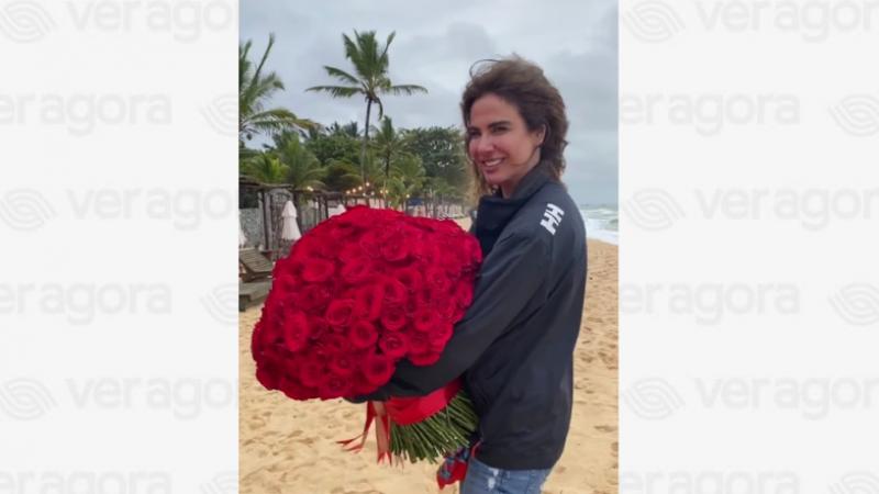 Apresentadora ganhou rosas vermelhas para celebrar seu último aniversário enquanto fez uma viagem curta para Trancoso, na Bahia