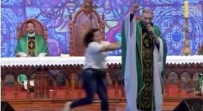 Mulher empurra padre Marcelo Rossi de palco durante missa em SP