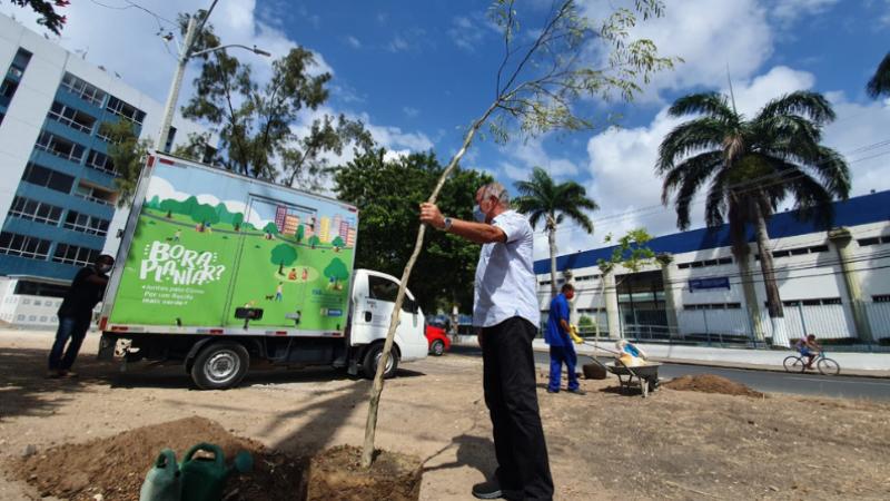 Ação promove o aumento da cobertura verde da capital pernambucana e aproxima a população para o engajamento dos cuidados com o meio ambiente
