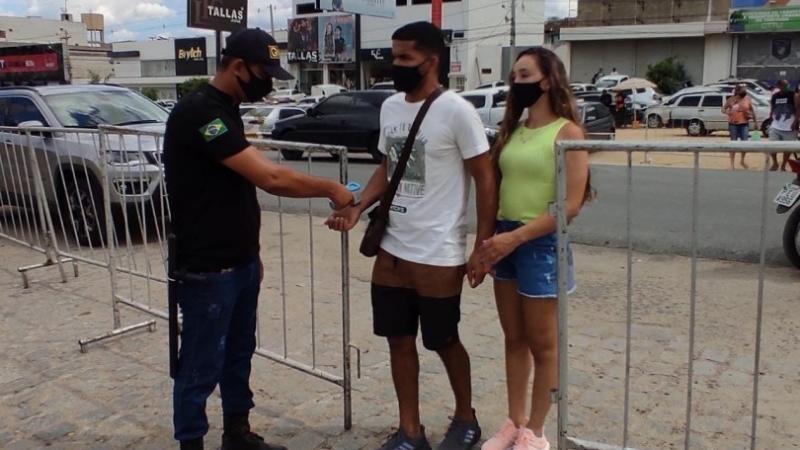 Uma equipe de profissionais de saúde percorreu todos os corredores da Feira do Jeans fazendo a comunicação individual às pessoas que estavam sem a máscara e solicitando o uso do item de segurança