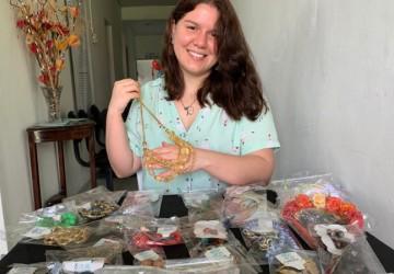 Bijuterias produzidas por voluntária ajuda na manutenção daAssociação de Parkinson de PE