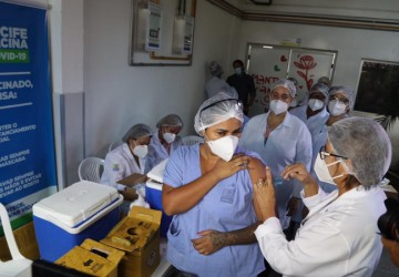 Prefeitura do Recife abre agendamento para vacinação de trabalhadores da Saúde entre 55 e 59 anos