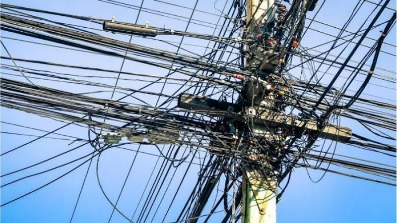 Segundo a Celpe, por causa disso, houve um curto-circuito que desligou a rede de iluminação pública na localidade