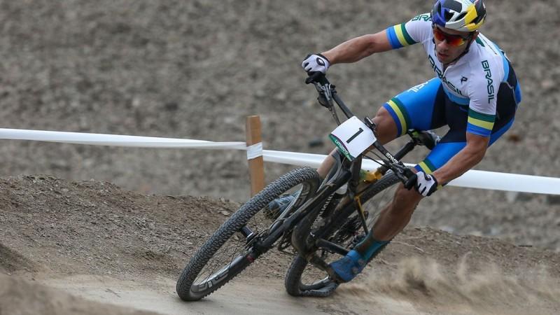 O ciclista Henrique Avancini, 30 anos, terminou a prova de cross country masculino do mountain bike em segundo lugar, ficando com a medalha de prata da categoria nos Jogos Pan-Americanos de Lima, Peru.