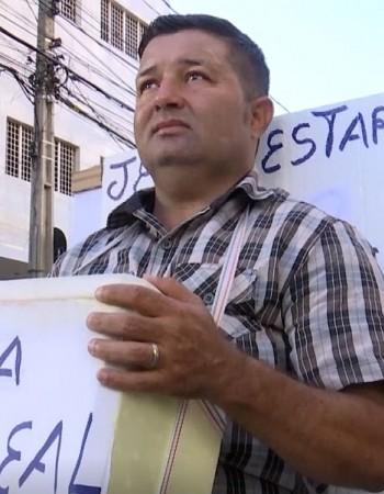 Motorista vende água e pede emprego em cruzamento de Caruaru