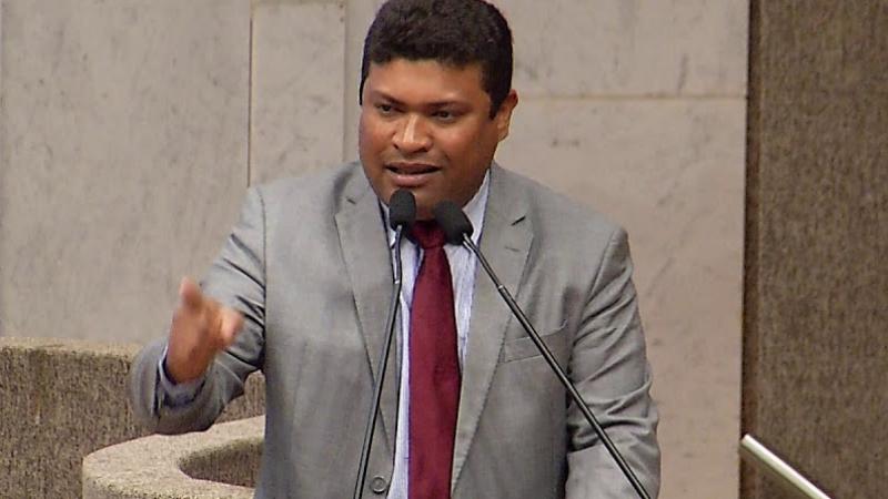 O deputado, que é do mesmo partido da vereadora, disse que ela está com medo de perder os cargos na prefeitura do Recife