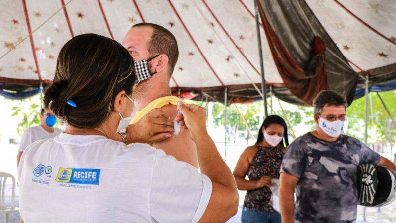 Equipes da Sesau farão outras ações itinerantes de vacinação contra a gripe no Terminal Integrado do Aeroporto, no Centro Educacional Esportivo e Cultural do Jiquiá (CEEC) e na Associação dos Moradores Luluzinha, no Prado
