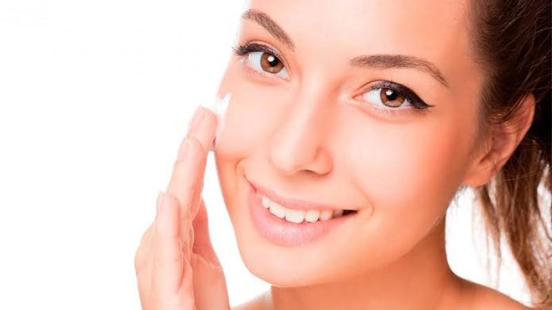 Hidratar a pele diariamente é muito importante não apenas para manter o brilho e o viço, mas também para a saúde