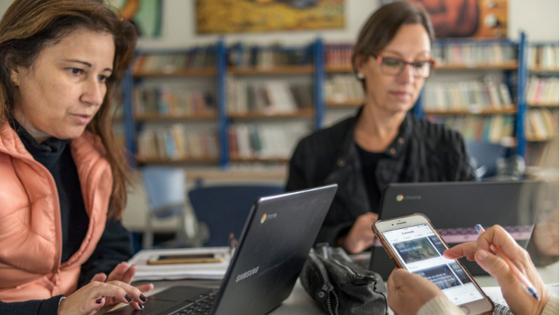 Dados da pesquisa Vozes Docentes - conduzida com 8.786 professores de 87 municípios brasileiros - apontam que 98% dos educadores têm dificuldade em avaliar o estudante, por vídeo, no ensino remoto.