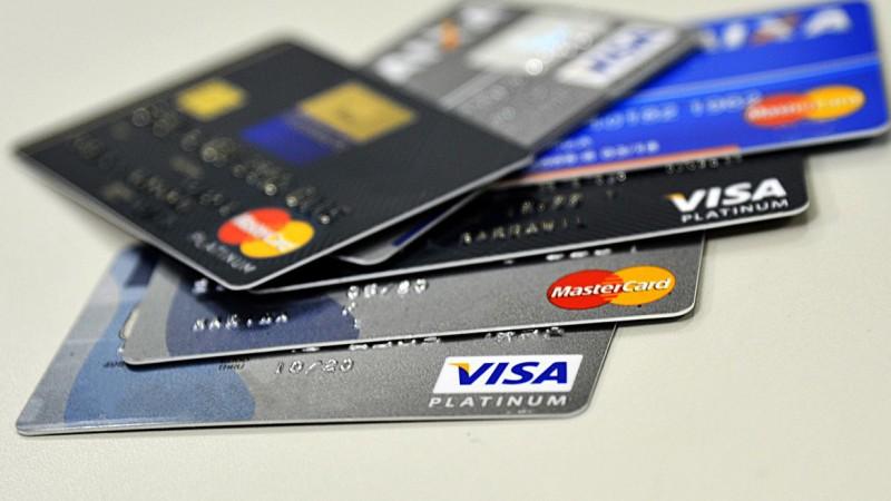 A maioria aponta o cartão de crédito como um dos principais componentes das dívidas