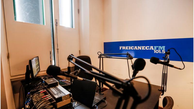 Além de aulas pela Rádio Frei Caneca FM e no site Escola do Futuro em Casa, estudantes estão interagindo com professores via WhatsApp e Google Meet