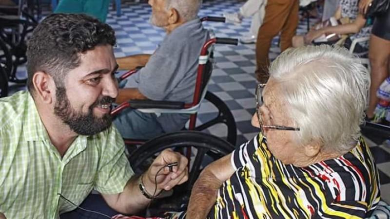 Daniel Alves se capacita para governar a cidade, seja no Legislativo ou no Executivo municipal; Na foto, Alves conversa com uma idosa no Abrigo Cristo Redentor