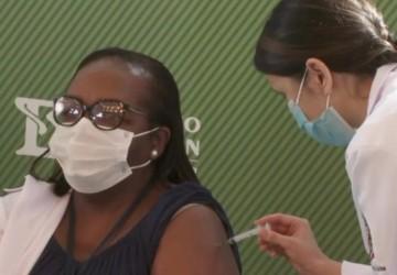Enfermeira de São Paulo é a primeira vacinada contra a COVID-19 no Brasil