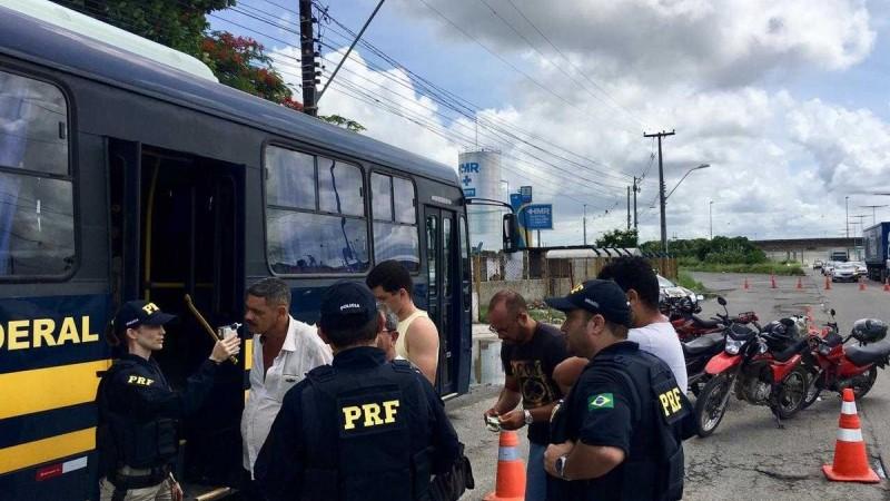 As denúncias nas rodovias podem ser realizadas através do telefone 191 ou pelo Disque 100, que funciona em todo o Brasil. A ligação é gratuita e não é preciso se identificar.
