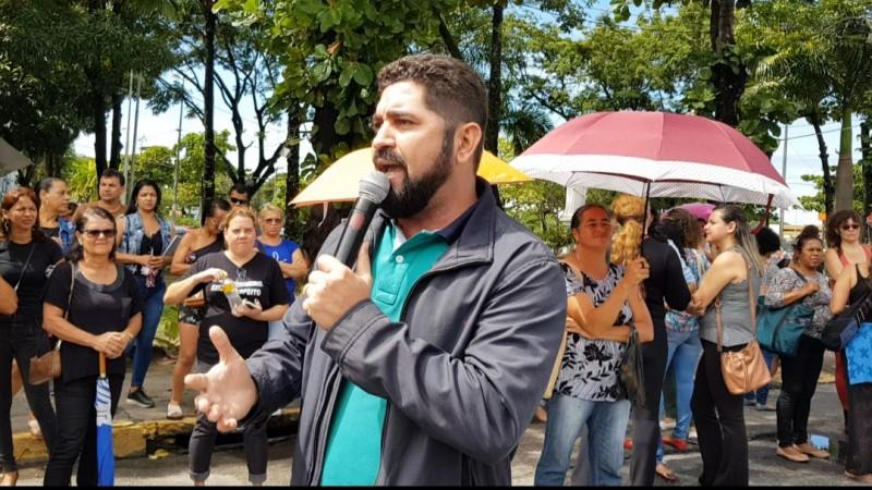 Nem a chuva impediu que os manifestantes se aglomerassem para exigir direitos trabalhistas e melhores condições de trabalho