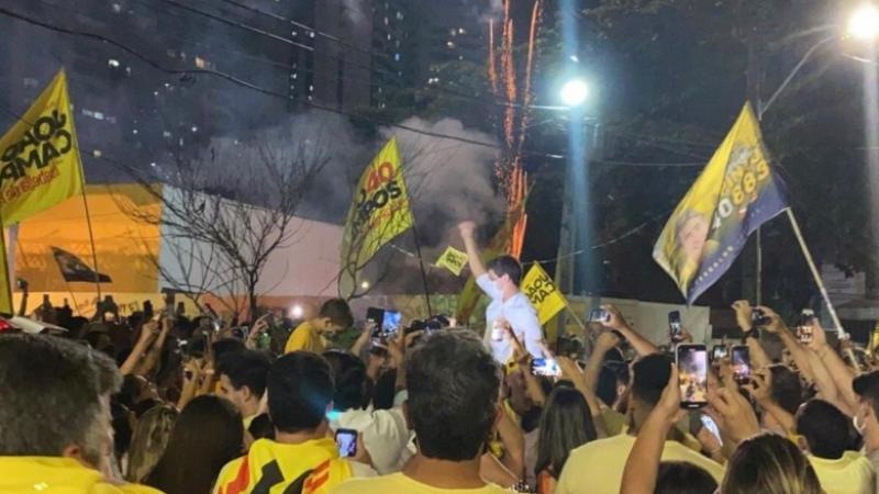 Eleito com uma vantagem de quase 100 mil votos da segunda colocada, o mais jovem prefeito da história do Recife coemmorou a vitória com a militância