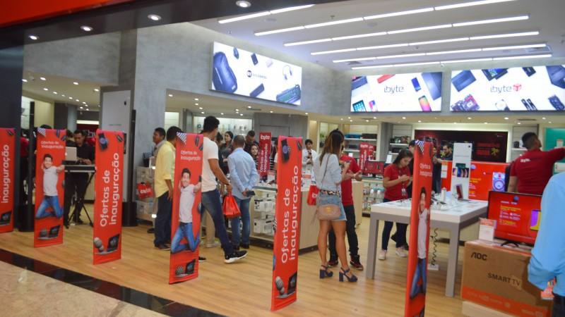 São 42 lojas físicas no país, com mais de 5.000 produtos entre smartphones, TVs, notebooks, desktops, impressoras, áudio & vídeo, acessórios e serviços de assistência técnica, configurando a referência em tecnologia.