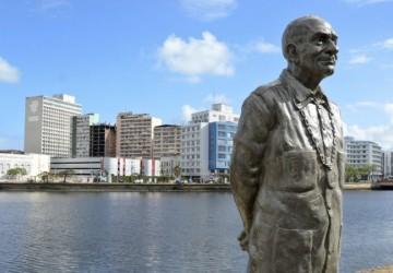 Prefeitura do Recife recoloca estátua de Ariano Suassuna no local