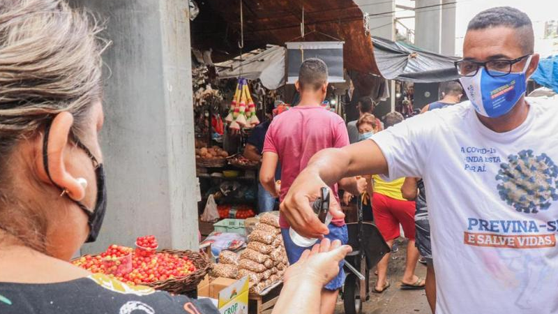 Foi realizad uma ação de entrega de máscaras e material informativo contra o novo coronavírus no Mercadão, principal Mercado Público do município.