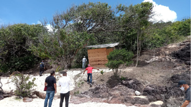 Os infratores instalaram barracas na faixa de areia que é área de restinga e foram notificados a retirar o material, já que a área é de Preservação Pernamanente