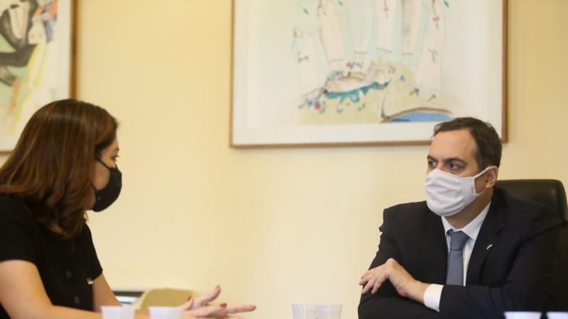 Em reunião com a secretária Ana Elisa Sobreira, governador solicitou prioridade para o caso. Vítima teve 40% do corpo queimado por um adolescente, que foi preso em flagrante