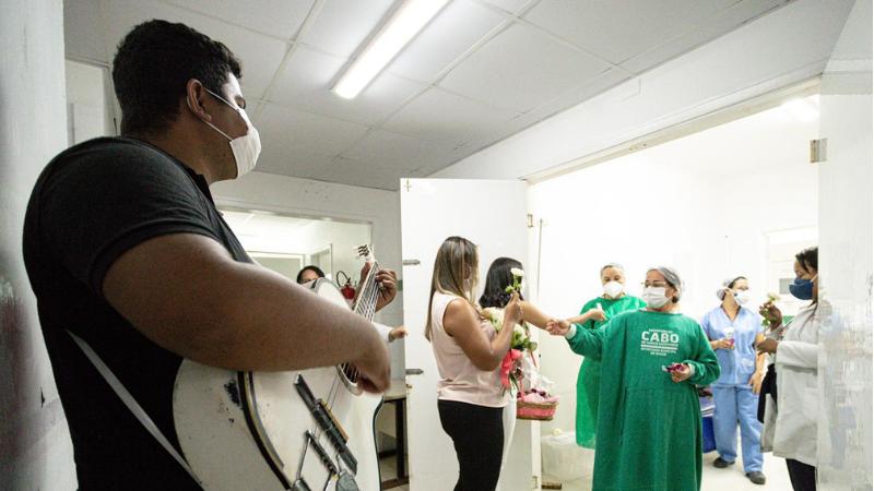 O Hospital Municipal, do Cabo de Santo Agostinho, adiantou as homenagens na manhã dessa sexta-feira (7) às mães internadas e aos profissionais da instituição de saúde.