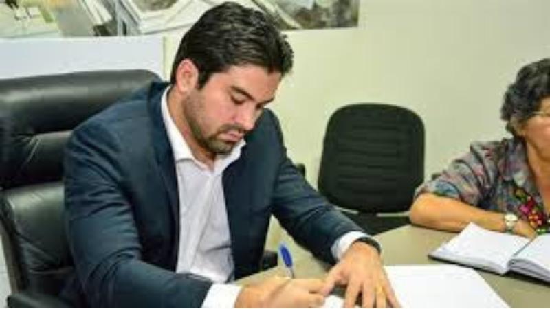 O pedido mexe com o jogo político na cidade, complica ainda mais a vida do prefeito que tenta a reeleição