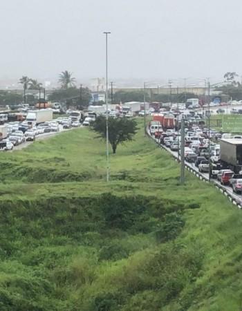 Loteiros protestam e fecham a BR-104, em Caruaru