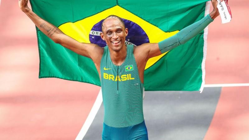 Aos 21 anos, brasileiro faz 46s72 em prova com recorde mundial