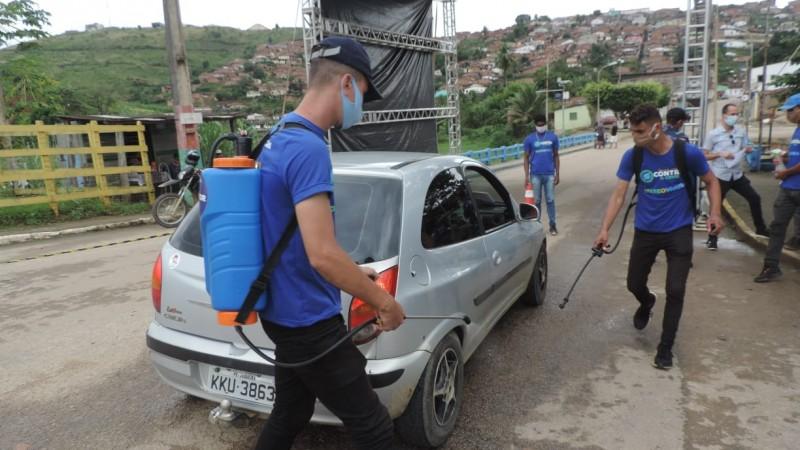 Ação que acontece na entrada do município tem oferecido medição de temperatura, distribuição de máscaras de proteção facial, além de higienização das mãos das pessoas e também dos veículos.