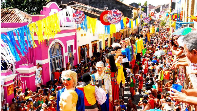 Milhares de pessoas, entre elas artistas, costureiros, bonequeiros, ambulantes, que tiravam o sustento do carnaval cobram um apoio do poder público com a suspensão da festa