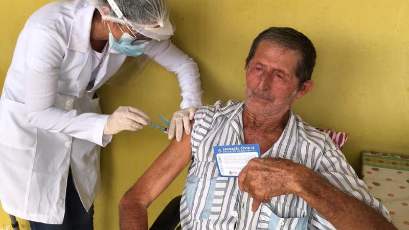 A aplicação das doses neste público será realizada em domicílio pelas vacinadoras das equipes de saúde da família, obedecendo o planejamento da unidade para que não aconteçam desperdício de doses