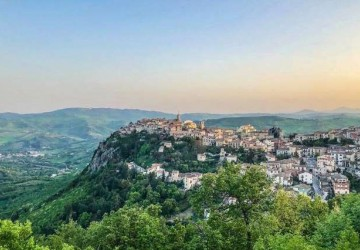 Vila vende casas por cerca de R$ 6,30 na Itália
