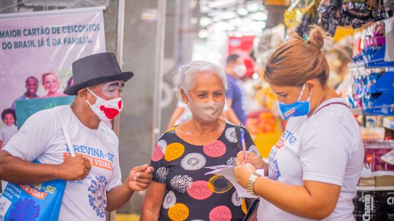 Agentes da prefeitura realizaram o cadastramento de idosos a partir de 60 anos e conscientizaram a população sobre a vacina contra a Covid-19, aém de distribuírem máscaras e panfletos informativos