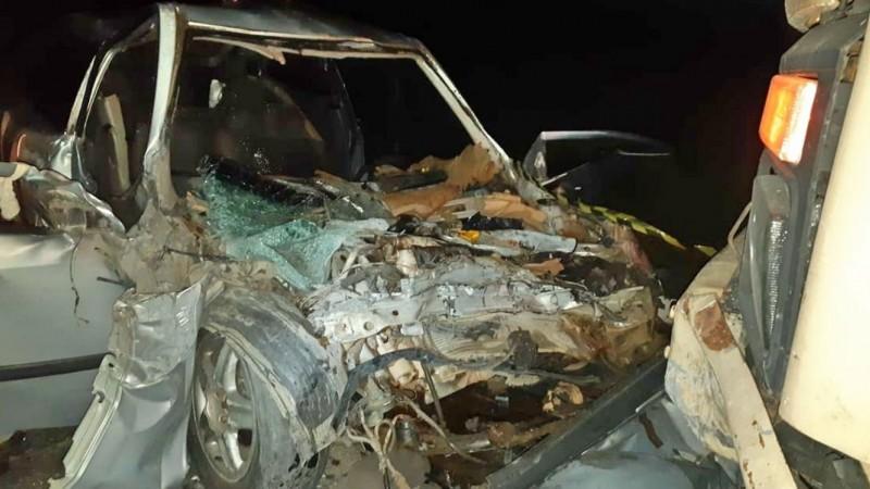 Motorista do carro teria acessado a contramão da rodovia e colidido de frente com o caminhão, segundo a PRF
