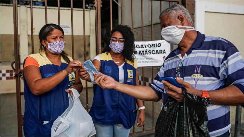 Pessoas físicas, microempresas e cooperativas aprovadas no terceiro edital produzirão outras 300 mil máscaras para serem distribuídas à população vulnerável, elevando o total para 1 milhão