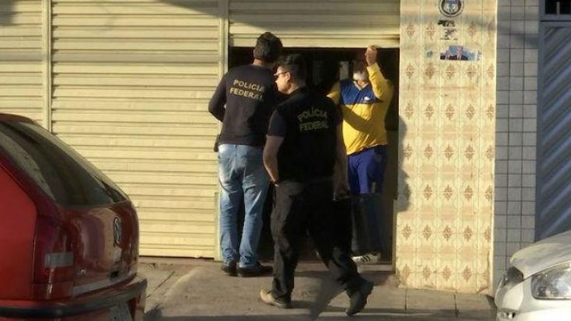 Dois homens armados invadiram o estabelecimento e anunciaram o assalto