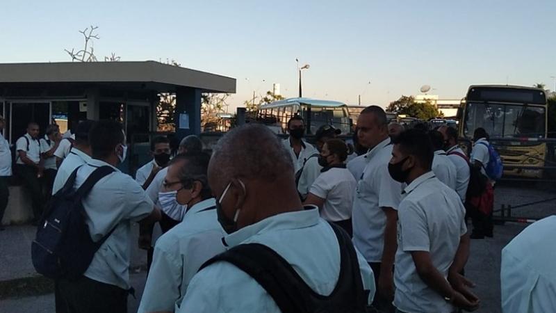 Cerca de 300 Rodoviários realizam protesto em frente à garagem da empresa