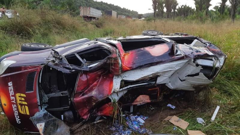 De acordo com a PRF, o condutor que não foi identificado, perdeu o controle do veículo que saiu da pista e tombou