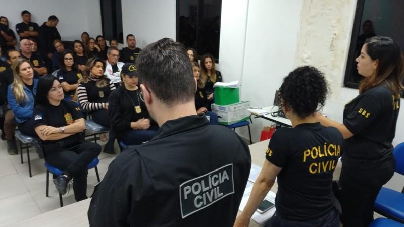 Segundo a polícia, estão sendo cumpridos sete mandados de prisão e quatro medidas cautelares de monitoramento eletrônico