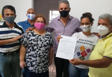 Armando Sérgio recebe carta-compromisso com a acessibilidade do IICPE