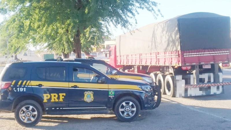 A madeira vinha do Pará. O motorista do caminhão apresentou documentação com diversas irregularidades.