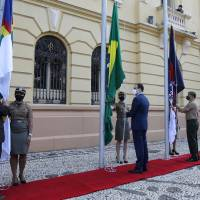 No lugar do desfile, o Governo do Estado realizou cerimônia rápida de hasteamento da bandeira no Palácio do Campo das Princesas