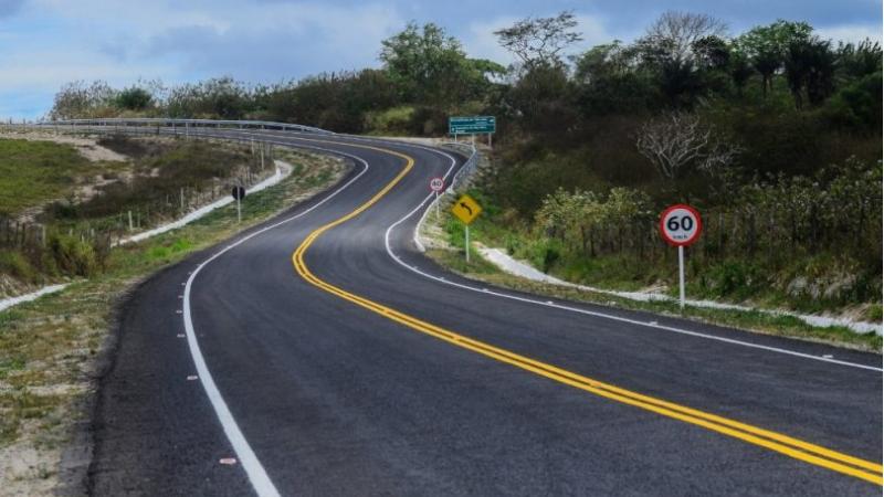 As obras contemplam implantação do pavimento e reconstrução completa de vias estratégicas em diversas regiões, além da requalificação de pontes
