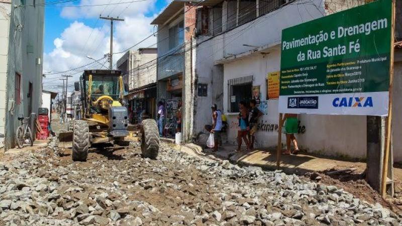 Com obra concluída em uma e reiniciada na outra, prefeito Anderson Ferreira e o presidente da Câmara Municipal, Adeildo da Igreja, tentam se promover
