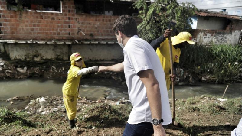 Prefeito João Campos vistoriou a limpeza do Canal do Rio Morno, no trecho localizado entre os bairros da Linha do Tiro e Dois Unidos.